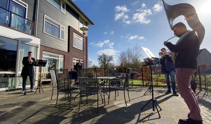 Leden van Juliana, die samen brassband ZO! vormen traden zaterdag 28 maart op voor de bewoners van Immanuël in 's-Gravendeel.