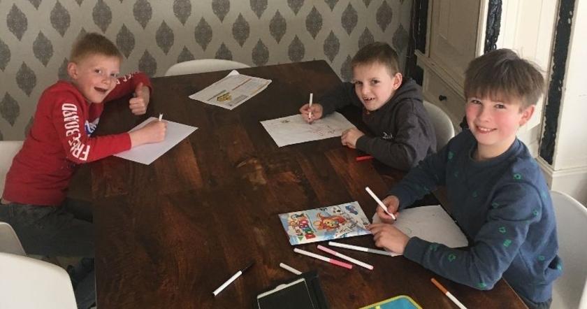 Creativiteit aan tafel. V.l.n.r. Tiem Janssen, Duuk Janssen en Liam Kleinherenbrink. (Foto: Hanneke Janssen)