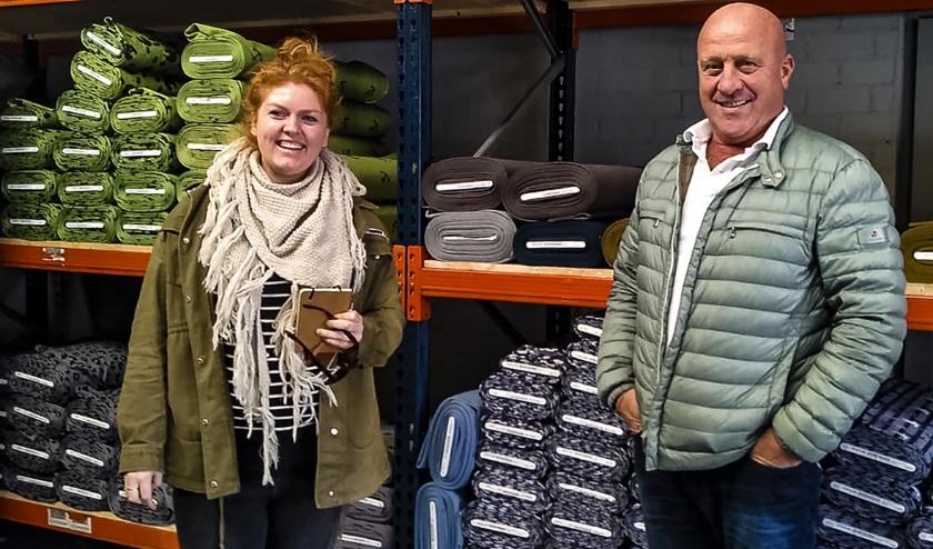 Initiatiefneemster Willeke Brouwers van Mondige Maskers en Toon van der Heijden van de gelijknamige stoffenwinkel in Eindhoven, sponsor van de materialen voor het maken van mondkapjes.