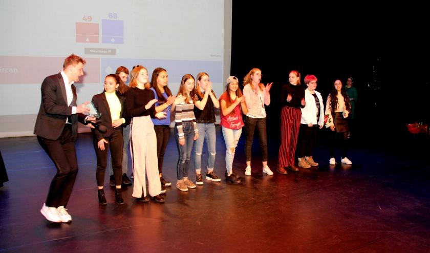 De genomineerde leerlingen komen tijdens een podiumwedstrijd tegen elkaar uit voor de titel Junior Stadsdichter.foto: Corné Vorselaars