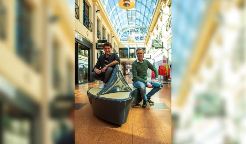 Stephan de Koning (r) en Jan-Willem Roodbeen hebben www.steunveenendaal.nl gelanceerd waarop winkeliers hun producten gratis kunnen verkopen. (Foto: Govert Govers)