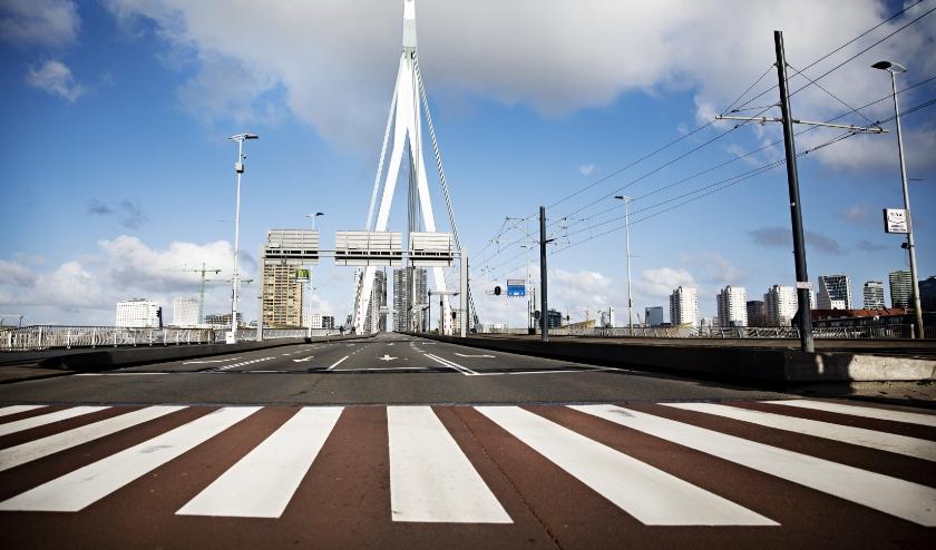 Meer ruimte voor fietsers en voetgangers bij de Erasmusbrug.