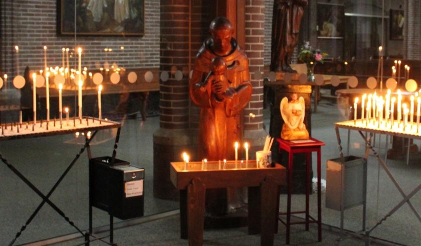 Kaarsen branden in de Antonius van Paduakerk.