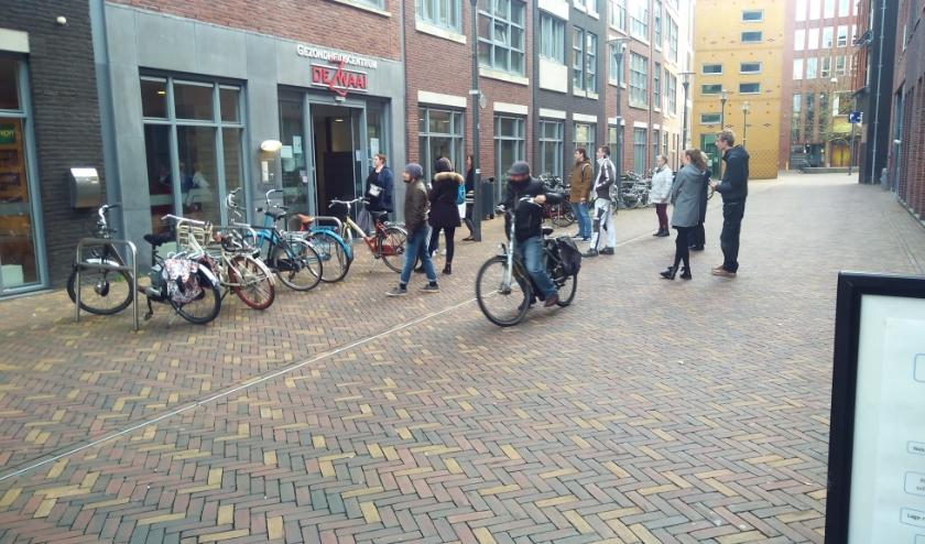 Drukte in de Synagogestraat in Veenendaal. Bbuiten wachten bij onder meer de apotheker en de dokterspraktijk. (Foto: Pieter Vane)
