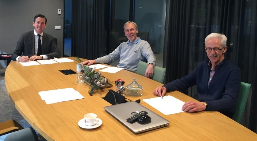 Van links naar rechts Nick Derks (wethouder), Allard van Krevel (voorzitter Energiecoöperatie Leur), Jaap Schoenmaker (penningmeester Energiecoöperatie Leur).