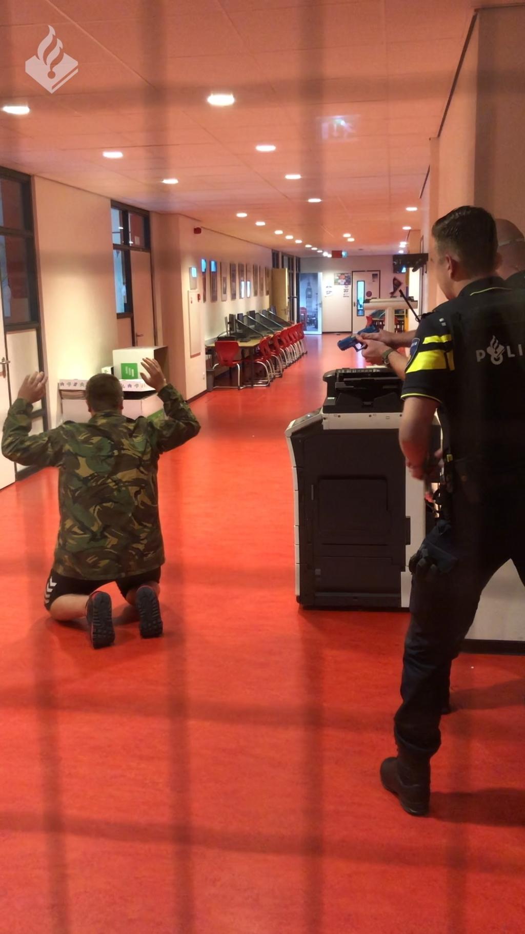 De verdachte is in beeld en wordt onder schot gehouden. Zijn de gangen en lokalen in het Cambium College weer veilig? Foto: Politie Oost-Nederland © DPG Media