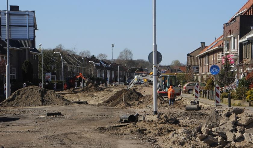 De Schoolstraat is momenteel een zandbak, waar hard wordt gewerkt en die voorlopig niet voor verkeer toegankelijk is