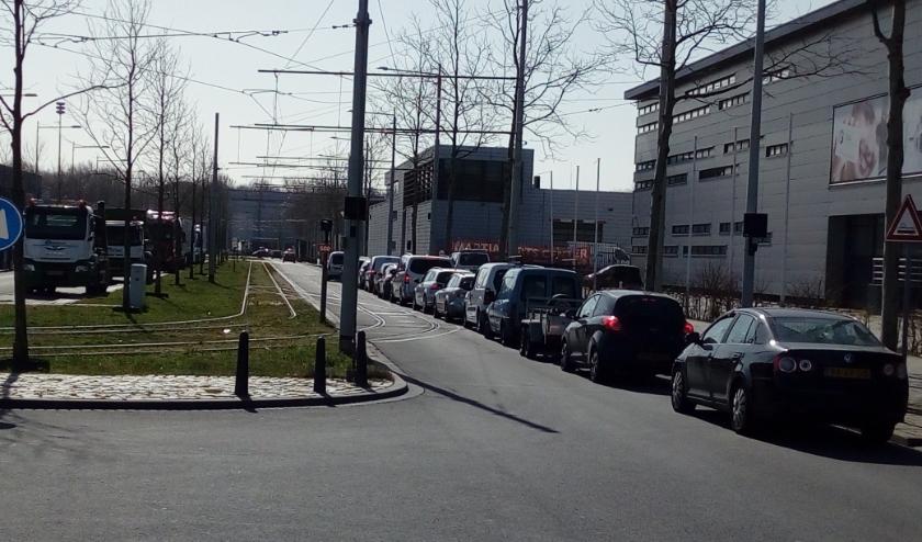 Ook dit weekend stond er weer een lange rij auto's voor de ingang van het afvalbrengstation op bedrijventerrein Zichtenburg