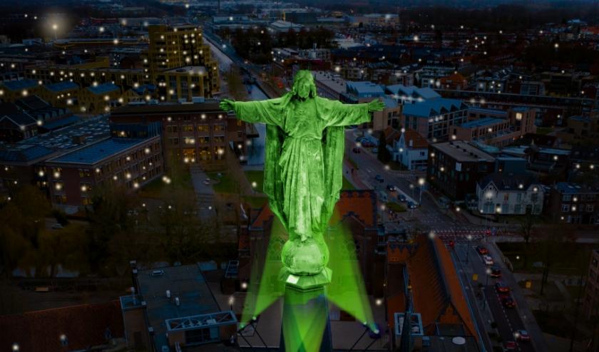 Domusdela zet voorlopig iedere donderdagavond het Jezusbeeld op De Paterskerk in groen licht, als teken voor hoop.