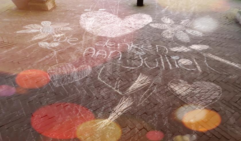 """Een prachtige tekening met de tekst """"Wij denken aan jullie""""voor de ingang van seniorencomplex Albrandswaard in Zoetermeer"""