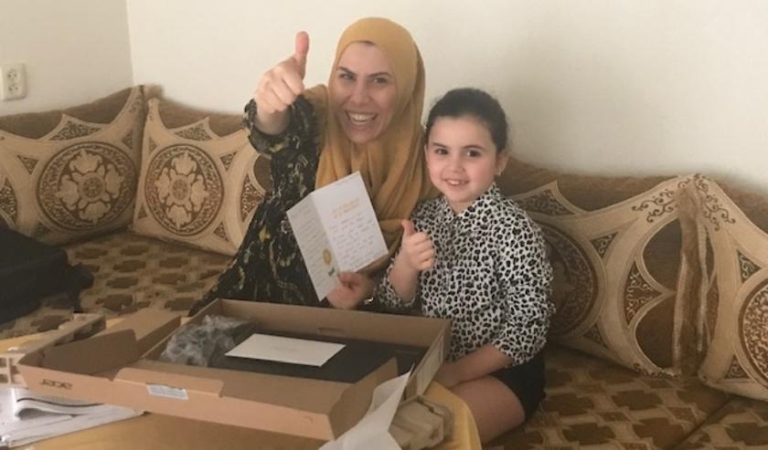 Roudaina (7) en moeder Nadia ontvingen een nieuwe laptop.