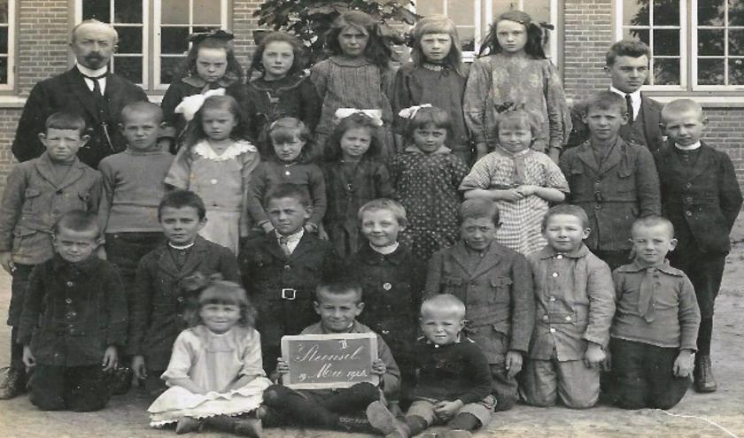 Onder andere nieuwsberichten en veel foto's uit de tijd van 1870  tot 2020 zijn te vinden in het boek.