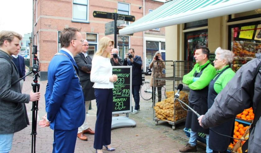 Staatssecretaris Mona Keijzer bezocht  ondernemers om hun - op 1,5 meter afstand - een hart onder de riem te steken. (Foto: Lysette Verwegen)
