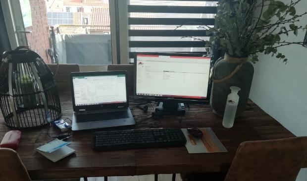 Jan van Tuijl uit Brakel werkt normaliter op kantoor in Culemborg, maar hij zit tegenwoorden gewoon aan de keukentafel in huis.  © DPG Media