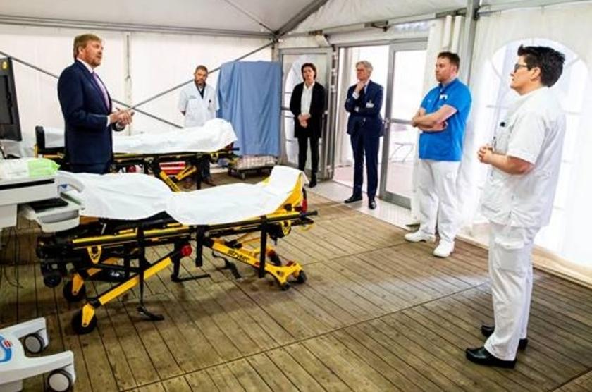 De koning in gesprek met medewerkers van ziekenhuis Isala.