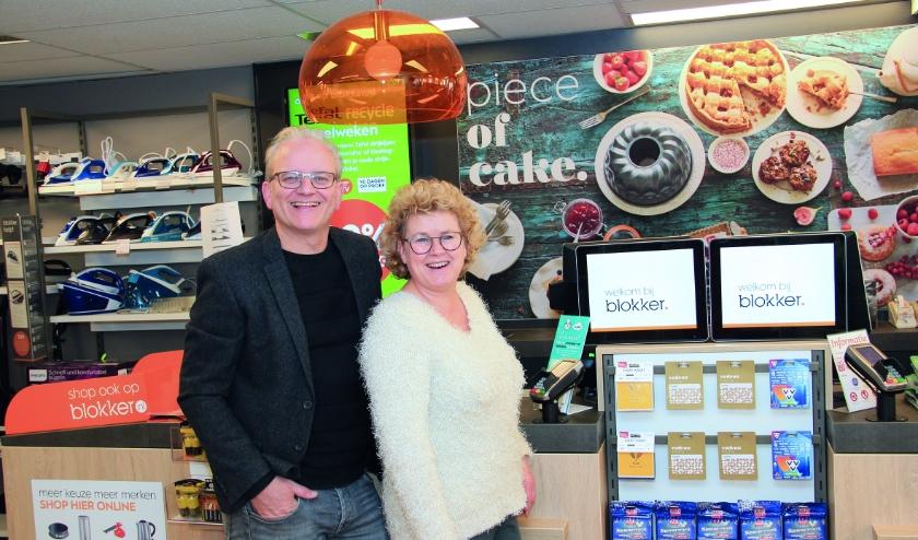 Arthur en Angelique Mattijssen poseren trots in hun compleet vernieuwde Blokkerwinkel.