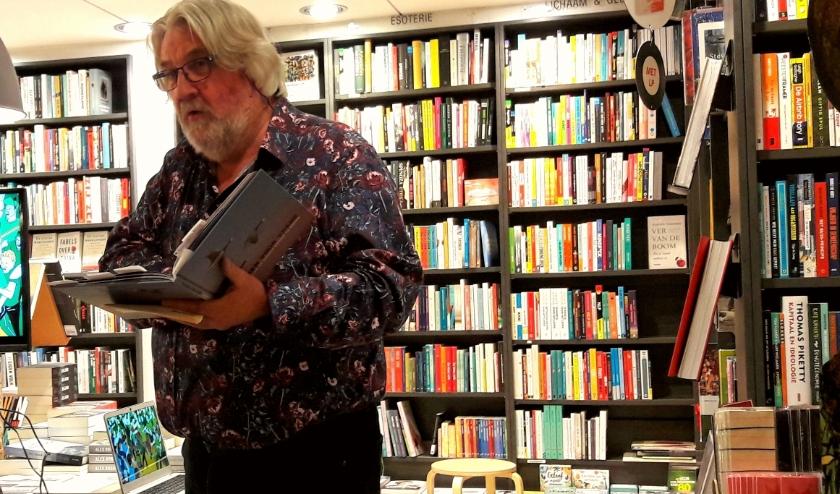 Jan Durk Tuinier vertelt over zijn nieuwe boek: 'Tekenen voor vrede'  met de website '100 manieren om de wereld mooier te maken'.