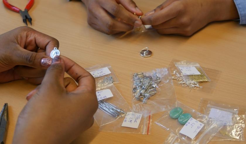 De leerlingen maken de producten zelf die straks in de pop up store te koop zijn.