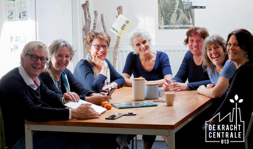 Het team van De Krachcentrale samen aan de koffietafel (toen dat nog kon!) v.l.n.r.: Frans, Gerda, Marie-Jose, Regine, Lindy, en helemaal rechts Marieke. Stageaire Sanne staat niet op de foto.