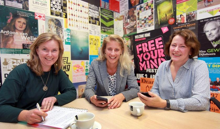 Caroline Hofstra werkt voor de AdviesBrigade, Annet Elzinga voor Praktische Zaken en Karin Huibers is een Ideeënmakelaar: de foto is vóór het coronavirus genomen en het team is ondertussen groter.