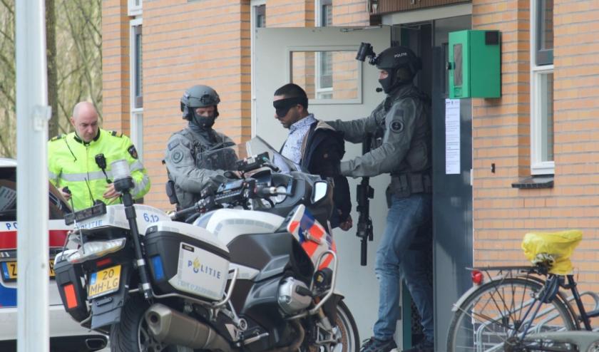 Na een intensieve klopjacht door de politie en een Burgernetactie werd de 48-jarige IJsselsteiner door het arrestatieteam uit de moskee gehaald en afgevoerd. (Foto: Lysette Verwegen)
