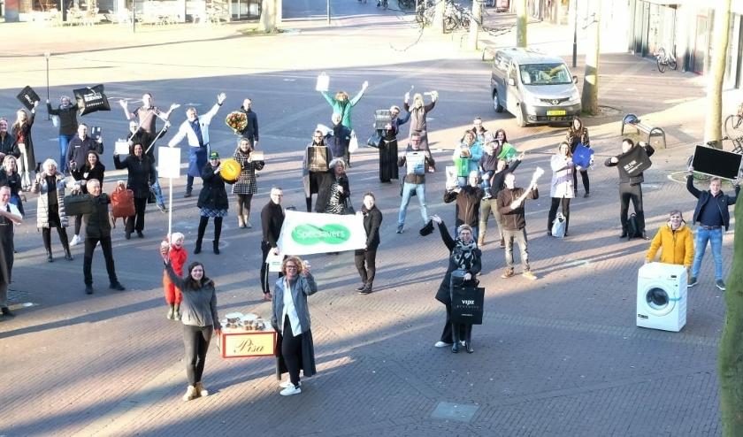 Ondernemers van het Zevenaarse centrum kwamen (veelal met hun handel) naar het Raadhuisplein voor een groepsfoto om hun boodschap te versterken. (foto: PR)