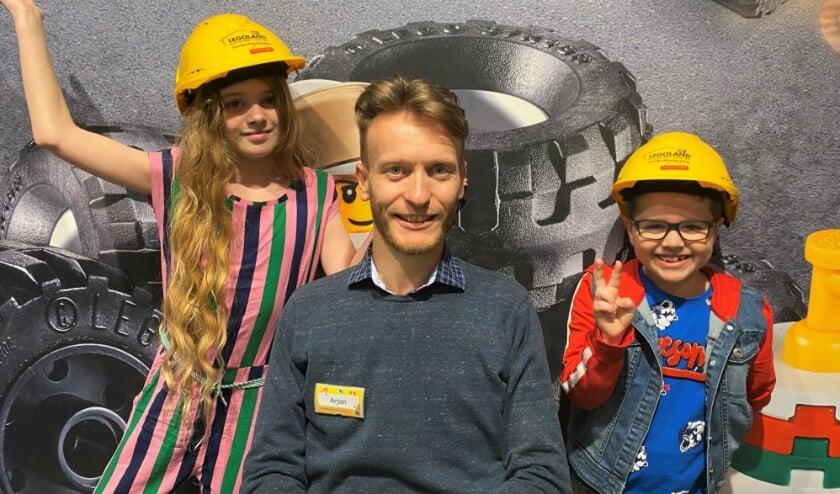 <p>Master Model Builder Arjan Groenendijk roept samen met Hayley (links) en Hayden (rechts) van Broer en Zus TV kinderen op om hem te helpen. </p>