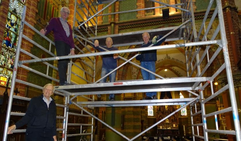 De steigers werden nu gebruikt om schoon te maken. Links vooraan Ries Sangers en daarboven Chiel van Dijk met twee vrijwilligers.