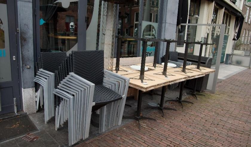 Ook de horeca ligt plat. Deze foto  van opgestapelde terrasstoelen-n en tafels is genomen op de Brink. (foto Gert Perdon)