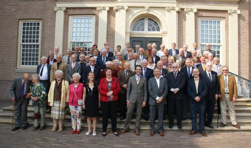 Gedecoreerden uit Harderwijk en Hierden en burgemeester Harm-Jan van Schaik tijdens een bezoek aan Paleis Het Loo in Apeldoorn op 25 april 2014.