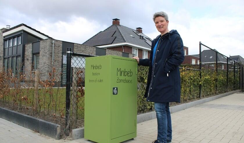 <p>Sandra Willemsen heeft een minibieb bij haar huis aan de Laan van Zonnehoeve.&nbsp;</p>