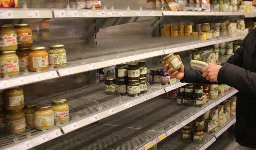 In de supermarkten waren de schappen met pasta, toiletpapier en hygiëneartikelen binnen de kortste keren leeg. Ook houdbare producten werden massaal gehamsterd.  (Foto: Lysette Verwegen)