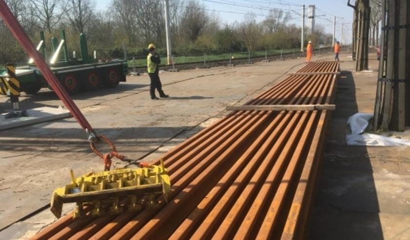 Vrijdag werd op bouwdepot Oudegein nieuw spoor afgeleverd.