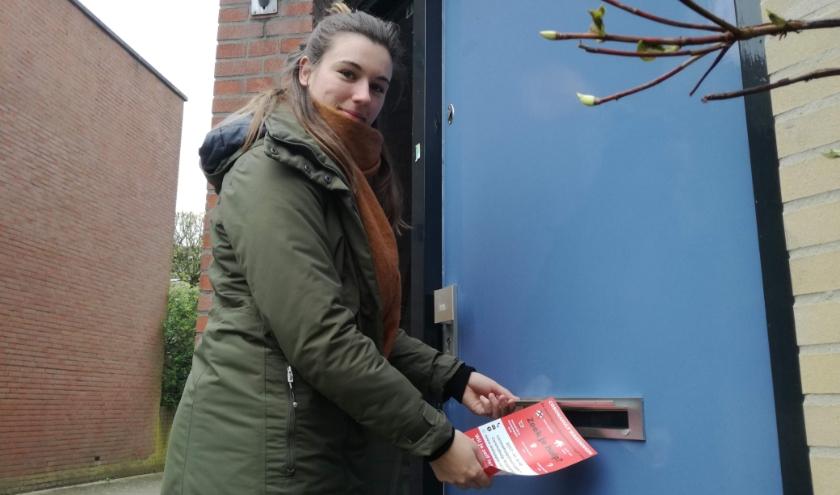 Mirelle Geervliet was een van de zestig vrijwilligers die huis aan huis de flyer voor Coronahulp verspreidden. (foto: Jouwert van Geene)
