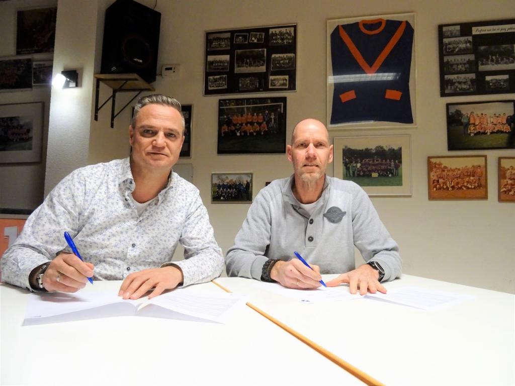 Onder toezicht van CHRC-voorzitter Paul Leertouwer, tekende Bob Jansen (rechts) onlangs zijn contract. Foto: Dick Martens © DPG Media