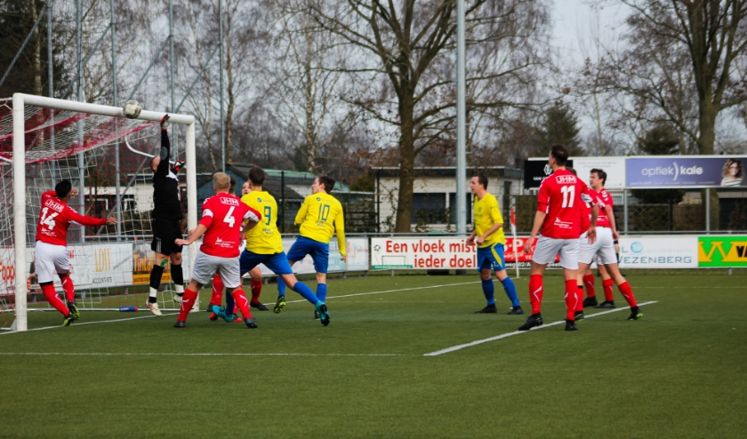 Robin Metselaar van Hatto-Heim legt vv Hulshorst op de pijnbank. Hij scoorde 4 keer. Foto: Gradus Dijkman