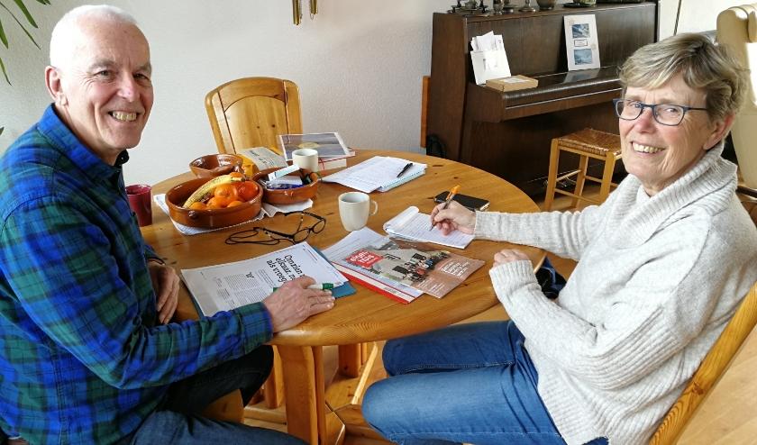 De twee initiatiefnemers voor een Knarrenhof, Dinah Heinsbroek en Gerrit Brinkman, hebben wat losgemaakt in Vlaardingen en werken de plannen nu verder uit. Foto: Peter Spek