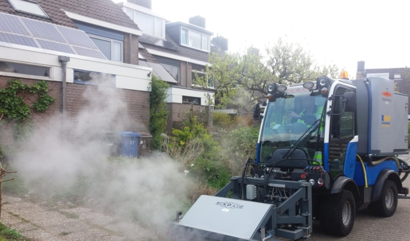 Onkruidbestrijding door het Reinigingsbedrijf Midden Nederland met de milieuvriendelijke heetwater-methode, zonder chemische bestrijdingsmiddelen. (Foto: RMN)