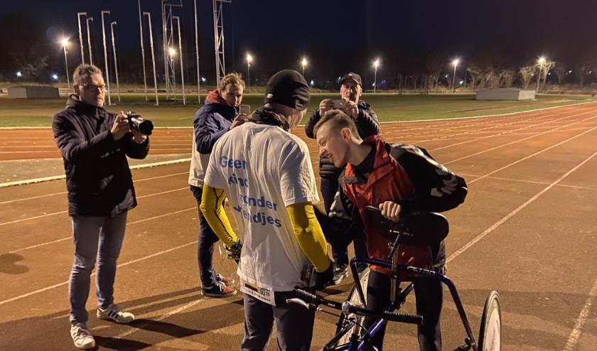 Atleet Lars met Han Poppema tijdens de finish zaterdagavond in Zevenaar. (foto: PR)