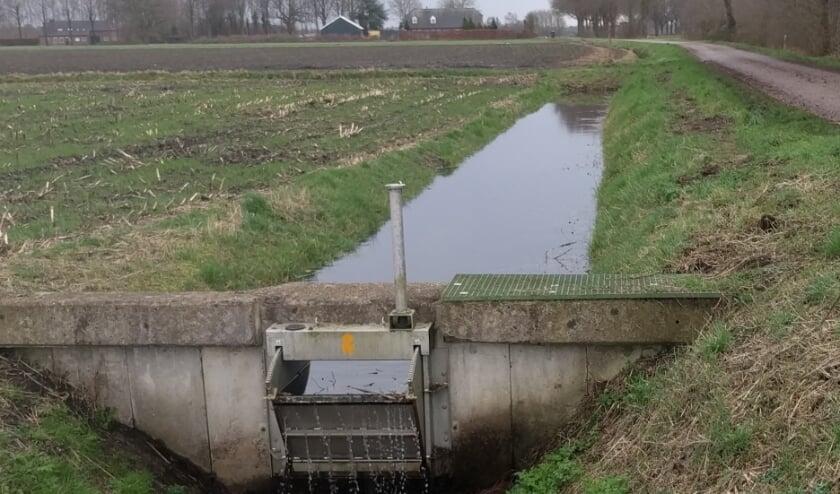 <p>Een stuw zorgt ervoor dat het water niet wegstroomt.</p>
