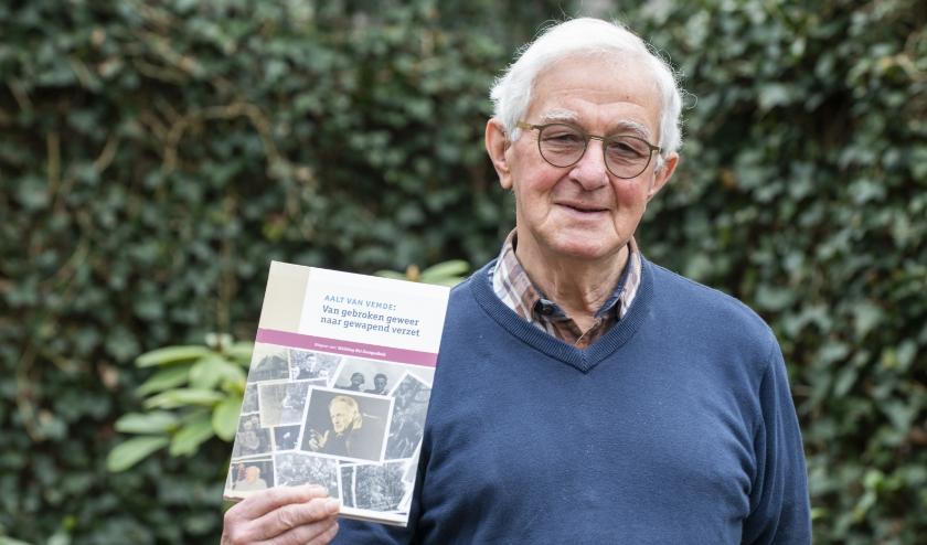 Auteur Dick van der Veen uit Epe heeft boek gemaakt over Eper verzetsheld Aalt van Vemde. Foto: Dennis Dekker