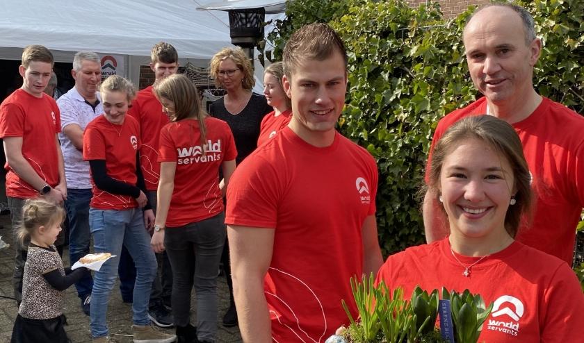 Op de lentefair van afgelopen weekend. V.l.n.r. Daniël Winkel, Hannah v.d. Mel en  Teus Kok. (Foto: Janneke Severs-Hilgeman)  Op de achtergrond en klein deel van de Linschotense vrijwilligers