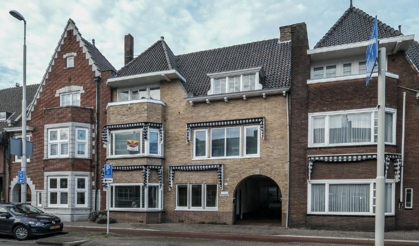Twee bekende architecten maakten één gevel, het linkse deel is van Ruts, het rechtse van Bedaux.