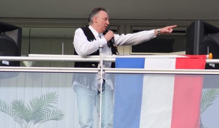 Vlaardingse countryzanger Hill West doorbreekt de corona-stilte vanaf zijn balkon. Foto: Kees de Krieger.