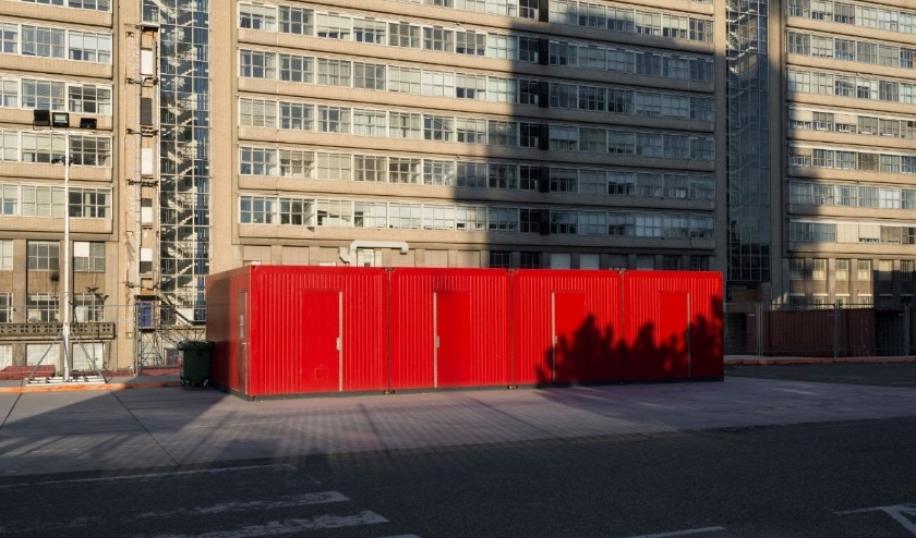 Verlaten bouwcontainers aan de achterkant van het Erasmus MC.