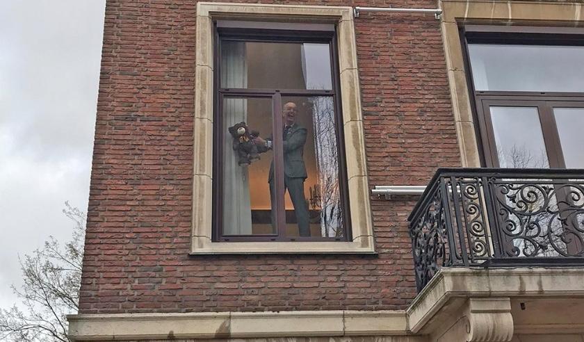 Burgemeester Bas Eenhoorn zet ook een beer bij het raam.