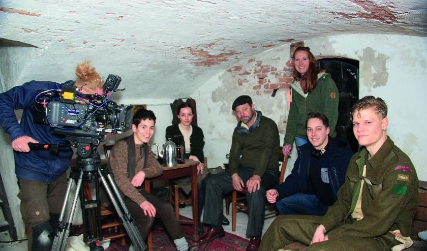 Sascha van Wensveen (staand) en Paul Haans (tweede van rechts) met de vier acteurs en de cameraman.