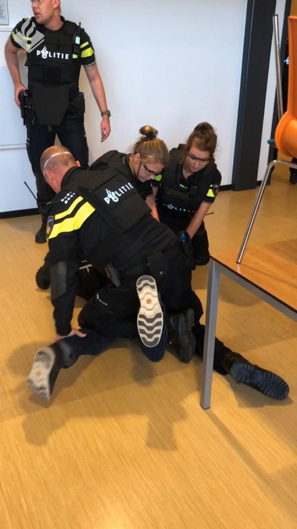 De verdachte wordt overmeesterd en in de boeien geslagen. Foto: Politie Oost-Nederland © DPG Media