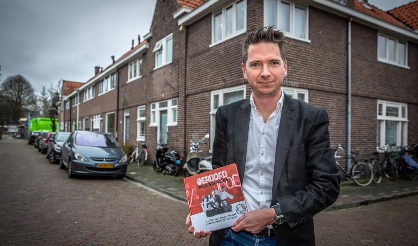 Schrijver Joep Boerboom met zijn boek in de Van Ostadestraat. Het gezin Stibbe woonde op nummer 6.