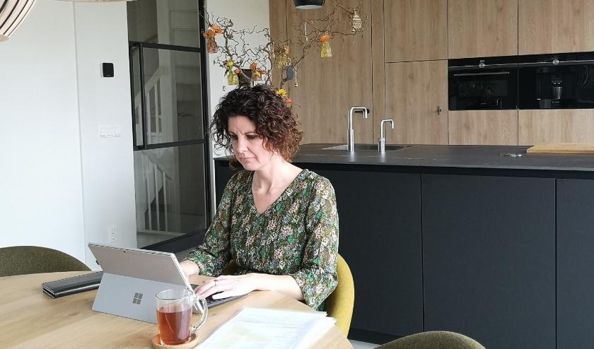 Op de foto heeft Manon van Eekert zich aan de eettafel geïnstalleerd om thuis haar werk te doen. FOTO: Ad Adriaans.